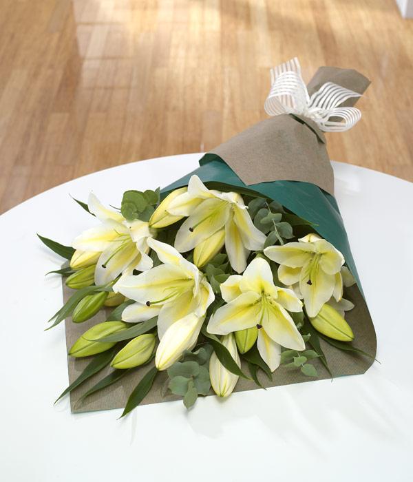 Как красиво оформить букет из лилий